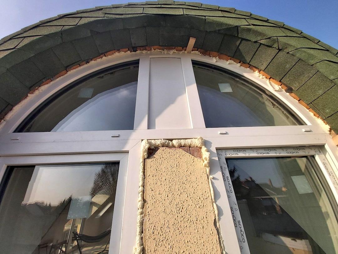 sorolt íves ablakszerkezet beépítése